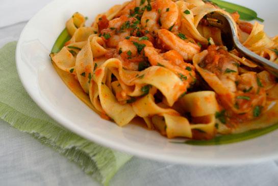 Fetuccini con camarones, tomates asados y páprika ahumada