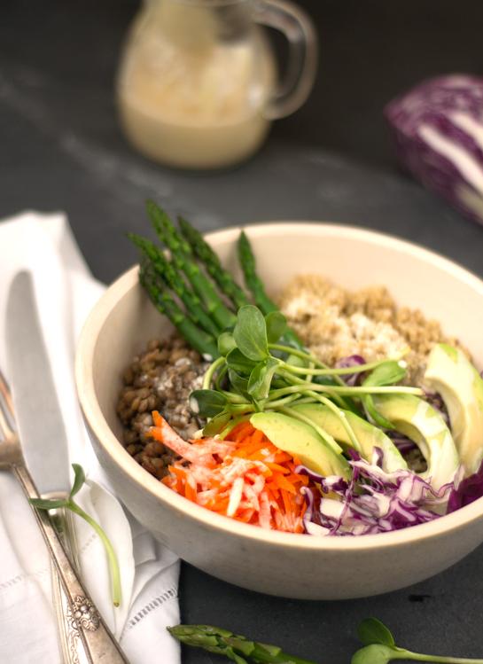 Bowl saludable con vinagreta de tahine