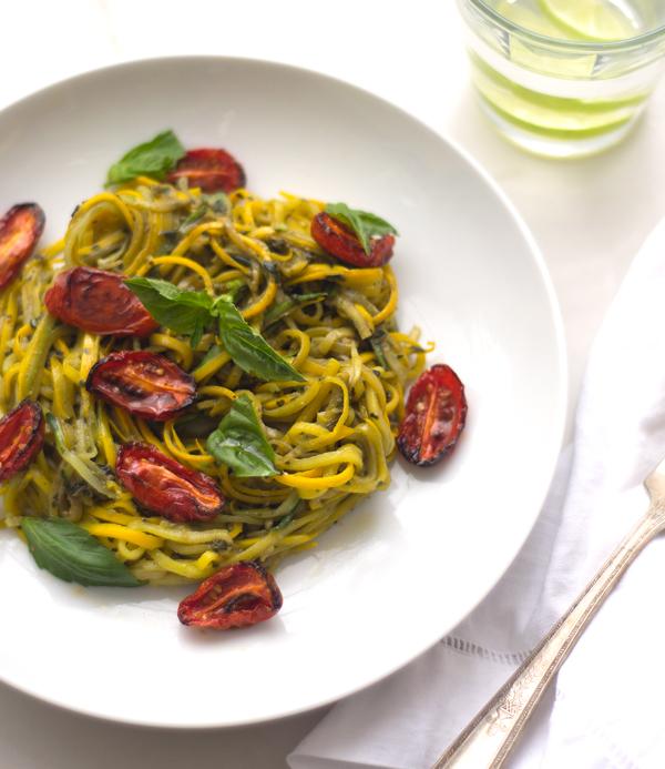 Fideos de zucchini con pesto de albahaca