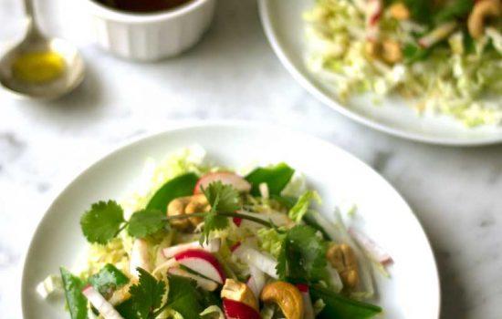 Ensalada de col china ( napa ), guisantes y marañones