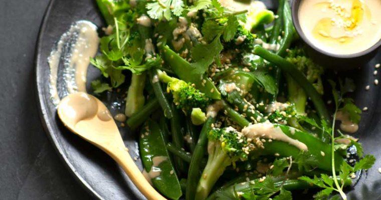Brócoli, habichuelines y guisantes con vinagreta cremosa de ajonjolí