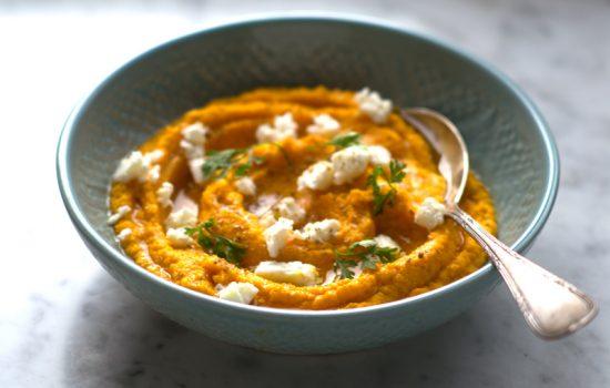 Pure de zanahoria con queso feta y semillas de cilantro