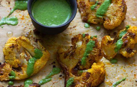 Coliflor asada con especias y chutney de menta y cilantro